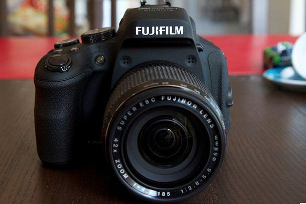Fujifilm Finepix HS50 EXR de face