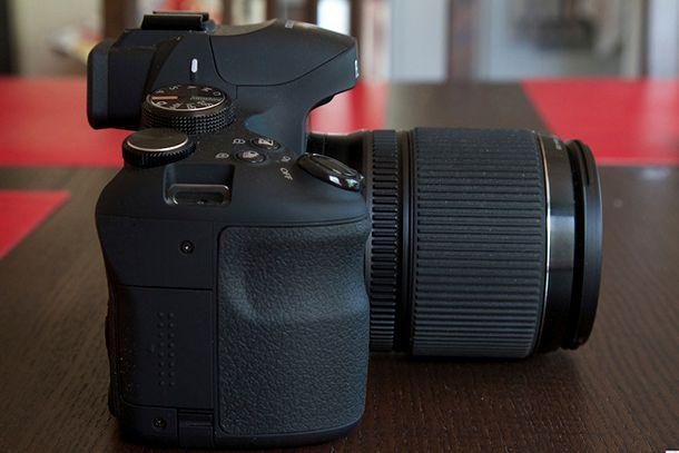 Fujifilm Finepix HS50 EXR de côté
