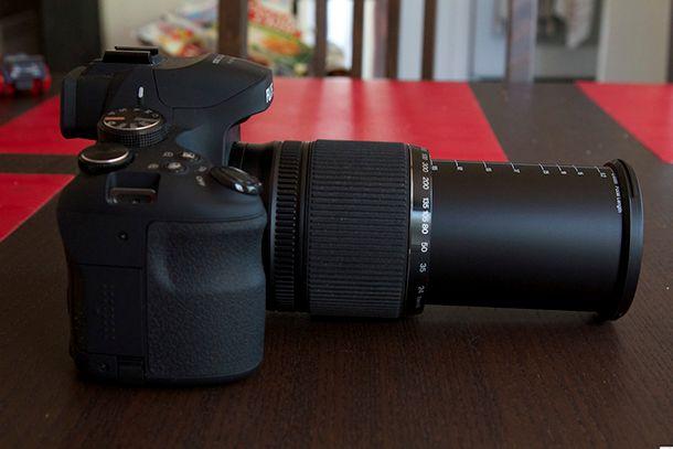 Fujifilm Finepix HS50 EXR de côté objectif allongé